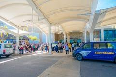 CANCUN MEXICO - JANUARI 10, 2018: Oidentifierat folk på skriva in av Cancun den internationella flygplatsen, Mexico Royaltyfria Bilder