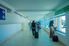 CANCUN MEXICO - JANUARI 10, 2018: Oidentifierat folk som går bära deras luggages i en korridor inom av Cancunen Arkivbild