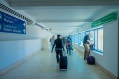 CANCUN MEXICO - JANUARI 10, 2018: Oidentifierat folk som går bära deras luggages i en korridor inom av Cancunen Arkivfoton