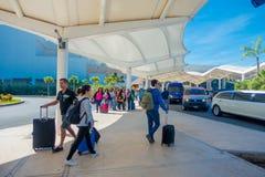 CANCUN MEXICO - JANUARI 10, 2018: Oidentifierat folk som går på skriva in av Cancun den internationella flygplatsen, Mexico Fotografering för Bildbyråer