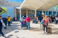 CANCUN MEXICO - JANUARI 10, 2018: Oidentifierat folk som går på skriva in av Cancun den internationella flygplatsen, Mexico Royaltyfri Fotografi