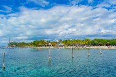CANCUN MEXICO - JANUARI 10, 2018: Oidentifierat folk som simmar i härliga karibiska mujeres för en strandisla med rengöring Fotografering för Bildbyråer