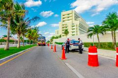 CANCUN MEXICO - JANUARI 10, 2018: Utomhus- sikt av en bil av polisen med två poliser i huvudvägen på skriva in till Fotografering för Bildbyråer
