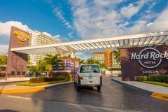 CANCUN MEXICO - JANUARI 10, 2018: Utomhus- sikt av skriva in av Hard Rock Cafe i Cancun på forummitten i Cancun ` s Royaltyfri Foto