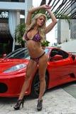 CANCUN MEXICO - MAJ 03: Modellen Marissa Everhardt poserar yttersidan med den röda bilen under halv-finaler IBMS 2014 Arkivbilder