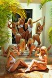 CANCUN, MEXICO - MEI 05: De modellen stellen buitenkant voor wit t-shirtproject Stock Foto