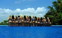 CANCUN, MEXICO - MEI 05: De modellen stellen door de rand van pool voor wit t-shirtproject stock foto's