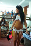 CANCUN, MEXICO - MEI 05: Modellen die klaar coulisse voor wit t-shirtproject krijgen Stock Afbeeldingen