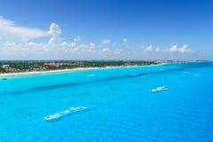 Cancun Mexico van de stranden van de meningscancun ` s van het vogelsoog met hotels en turkooise Caraïbische overzees royalty-vrije stock fotografie