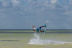 CANCUN, MEXIKO - 02/18/2018: Adrenalin Kitesurf lizenzfreie stockbilder