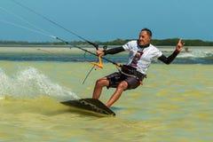 CANCUN, MEXIKO - 02/18/2018: Adrenalin Kitesurf Abenteuer-Sport lizenzfreie stockbilder