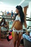 CANCUN, MEXIKO - 5. MAI: Modelle, die bereite Bühne hinter dem Vorhang für weißes T-Shirt Projekt erhalten Stockbilder