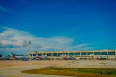 CANCUN, MEXIKO - 12. NOVEMBER 2017: Ansicht im Freien von Flugzeugen auf der Rollbahn internationalen Flughafens Cancun in Mexiko Lizenzfreie Stockfotos