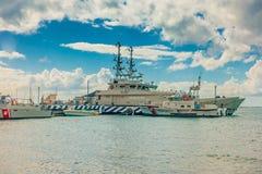 CANCUN, MEXIQUE - 10 JANVIER 2018 : Vue extérieure de quelques bateaux de guerre de la marina dans un rivage d'île d'Isla Mujeres Photographie stock