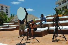 CANCUN, MÉXICO - 5 DE MAYO: Los fotógrafos en el tiroteo del trabajo modelan afuera para el proyecto blanco de la camiseta Fotos de archivo