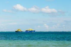 CANCUN, QR, MEXICO - 4 FEBRUARI, 2019: Cancun aan Isla Mujeres-passagiersveerboten die elkaar overgaan dichtbij Cancun op een zon royalty-vrije stock afbeelding