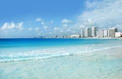 Cancun seglar utmed kusten och hotell Royaltyfri Fotografi