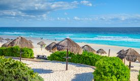 Cancun-Strand in Mexiko mit Regenschirmen lizenzfreie stockfotografie