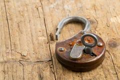 Candado antiguo abierto con llave en cerradura Imágenes de archivo libres de regalías