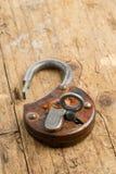 Candado antiguo abierto con llave en cerradura Imagenes de archivo