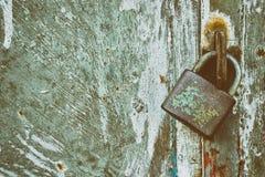 Candado bloqueado en fondo del metal del grunge imagenes de archivo