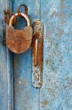Candado cerrado viejo oxidado en puerta resistida de madera Fotos de archivo libres de regalías