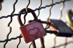 Candado con la muestra del corazón Imagen de archivo libre de regalías