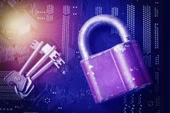 Candado con llaves en la placa madre del ordenador Concepto del algoritmo de encripción de la seguridad de información de la priv Imagenes de archivo