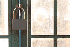 Candado de acero encendido en la puerta oxidada vieja del metal Imágenes de archivo libres de regalías