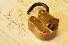 Candado de cobre amarillo antiguo Foto de archivo libre de regalías