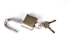 Candado de Mealic con la llave en el fondo blanco Foto de archivo libre de regalías