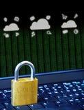 Candado de oro en el teclado del ordenador portátil del ordenador con los iconos de Cloud Computing y los datos binarios Concepto imagenes de archivo