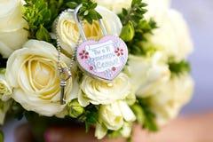 Candado decorativo del metal de la boda, cerradura con pequeña llave en ramo de la boda Fotos de archivo libres de regalías