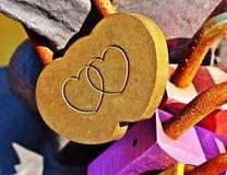 Candado del amor con dos corazones unidos Fotos de archivo libres de regalías