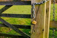 Candado desbloqueado en la puerta de la granja Fotografía de archivo