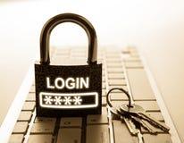 Candado durable con clave de la contraseña en la seguridad de Internet del teclado de ordenador imagenes de archivo