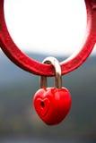 Candado en forma de corazón del amor - aduana hermosa del día de boda. Imagenes de archivo