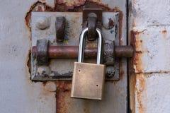 Candado en Rusty Bolted Door Fotos de archivo libres de regalías