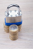 Candado en una pila de monedas Imagen de archivo