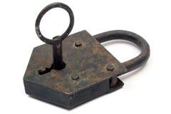 Candado oxidado con clave Foto de archivo libre de regalías