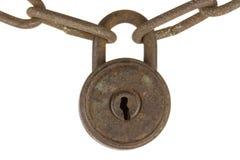 Candado oxidado con la cadena aislada en blanco foto de archivo libre de regalías