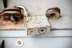 Candado oxidado viejo del metal Imagen de archivo libre de regalías