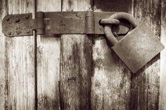 Candado oxidado viejo en puerta de madera vieja foto de archivo libre de regalías