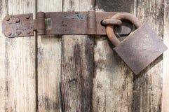 Candado oxidado viejo en puerta vieja fotografía de archivo libre de regalías
