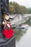Candado rojo del amor del corazón en el puente, Europa Fotografía de archivo