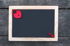 Candado rojo en forma de corazón con llave Imágenes de archivo libres de regalías