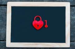Candado rojo en forma de corazón con llave Fotos de archivo libres de regalías