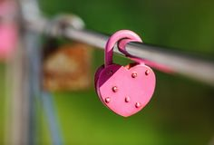 Candado rosado cerrado foto de archivo libre de regalías