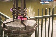 Candado símbolo-bloqueado del amor en el río Fotos de archivo