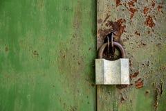 Candado viejo en una puerta oxidada vieja del hierro Imagen de archivo libre de regalías